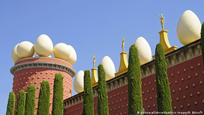 Teatre Museu Dali in Figueres, brick building toped with white eggs (picture-alliance/dpa/Arco Images/B. Bönsch)
