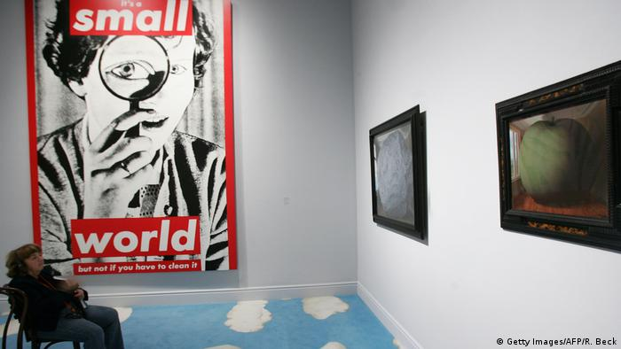 It's a small world, bot not if you have to clean it: Kunstwerk von Barbara Kruger in L.A. (Foto: Getty Images/AFP/R. Beck)