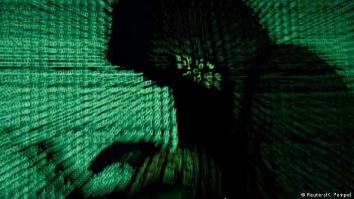 Mann hält Laptop-Computer, während Cybercode in diesem Illustrationsbild auf ihn projiziert wird