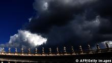 Rom Petersdom Dunkle Wolken Symbolbild