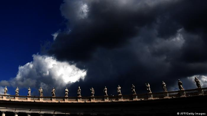 Rom Petersdom Dunkle Wolken Symbolbild (AFP/Getty Images)