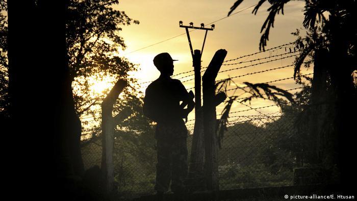 Myanmar, Buthidaung - Ein Grenzschutzpolizist (picture-alliance/E. Htusan)