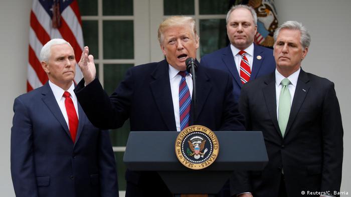 O presidente dos Estados Unidos, Donald Trump, em coletiva de imprensa na Casa Branca ao lado de membros de seu governo