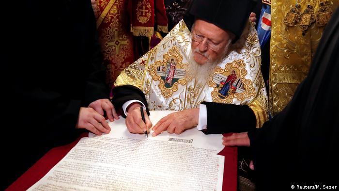 Вселенський патріарх Варфоломій під час церемонії підписання томоса для української церкви