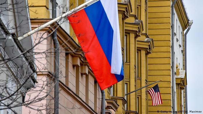Флаги на здании посольства США в Москве