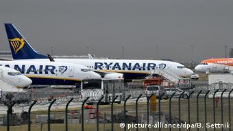 Ryanair- und Easyjet-Flieger stehen am Flughafen Berlin-Schönefeld
