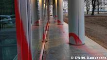 Spuren von Graffiti an der Fassade der brasilianischen Botschaft in Berlin