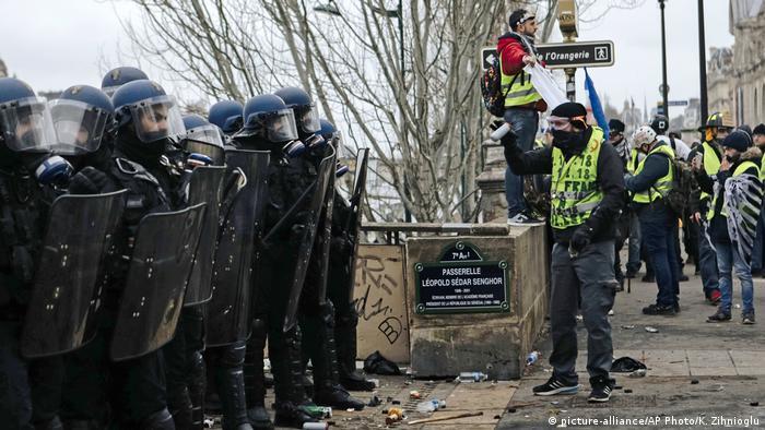 Frankreich Zusammenstöße bei erneuten «Gelbwesten»-Protesten in Paris (picture-alliance/AP Photo/K. Zihnioglu)