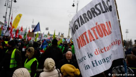Тисячі угорців протестували в Будапешті проти