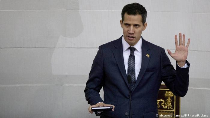 O novo presidente do parlamento venezuelano, Juan Guaidó, toma posse no cargo durante a primeira sessão parlamentar do ano