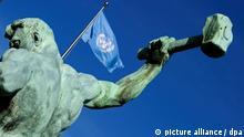 Die Fahne der UN weht am Sonntag (19.09.2010) in New York in der Nähe der Skulptur We Shall Beat Our Swords Into Plowshares von Jewgeni Wutschetitsch. Die 65. UN-Generalversammlung zu den Millenniums-Entwicklungszielen findet vom 20. bis 22. September in New York statt. Foto: Hannibal dpa/lbn   Verwendung weltweit