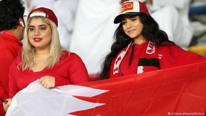 بخشی از ورزشگاه ۴۳ هزار نفری زاید اسپرت سیتی را که میزبان برگزاری مراسم و دیدار افتتاحیه میان امارات متحده عربی و بحرین بود، تماشاگران زن به خود اختصاص داده بودند. تصویری از دو زن جوان که برای تشویق ملیپوشان بحرین راهی استادیوم شده بودند.