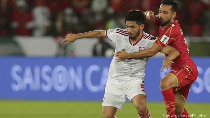 در نخستین پیکار این دوره از مسابقات جام ملتهای آسیا، تیمهای امارات متحده به مصاف سرخپوشهای بحرین رفتند. تصویر: نبرد تنبهتن میان عامر عبدالرحمان (چپ) بازیکن امرات و جمال راشد، هافبک بحرین بر سر تصاحب توپ.