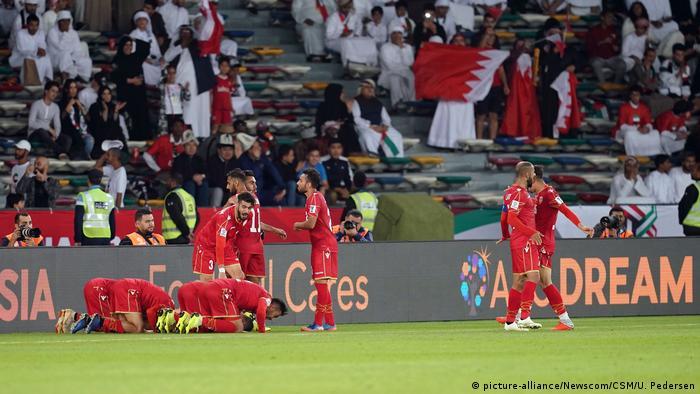 تصویری از شادی بازیکنان تیم ملی بحرین از باز شدن دروازه تیم میزبان