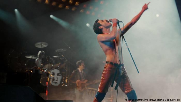 Rami Malek interpreta Freddie Mercury, vocalista do Queen, no filme Bohemian Rhapsody