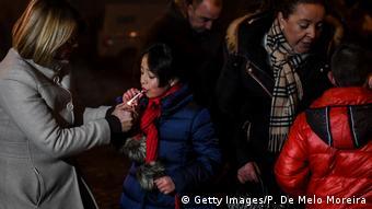 Portugal , Vale de Salgueiro - Kinder dürfen zum Epiphaniafest Zigaretten rauchen
