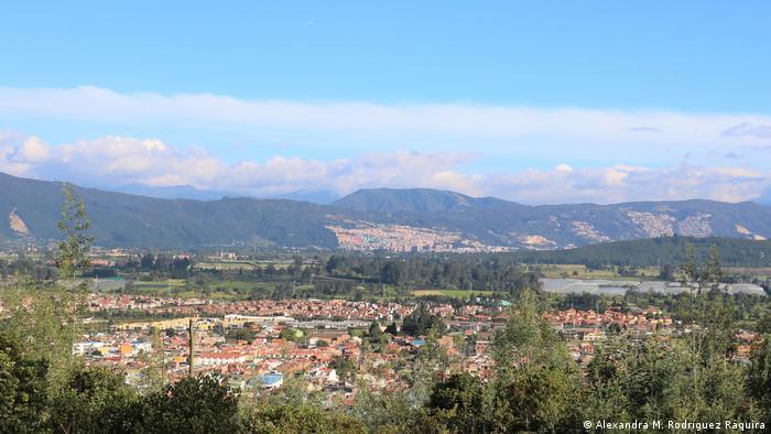 Bogotá es la 3ª capital más alta del mundo, pero a pesar de estar a 2.6301 metros de altura, sus 10 millones de habitantes respiran un aire cada vez más contaminado. Los bosques de los Cerros Orientales y la última reserva natural producen el oxígeno para su población, además de brindar espacios de recreo. Desde el Cerro Majuy se ve cómo el concreto acorrala la naturaleza, metro tras metro.