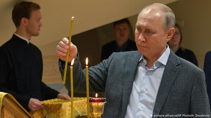 Russland orthodoxes Weihnachten | Putin (picture-alliance/AP Photo/A. Druzhinin)