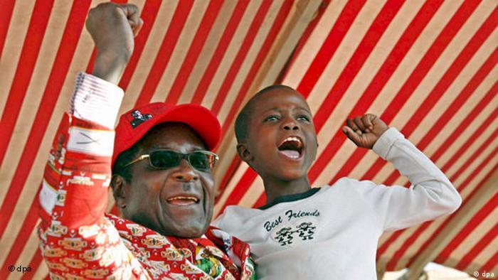 Robert Mugabe feiert mit kleinem Jungen auf dem Arm Flash-Galerie (dpa)