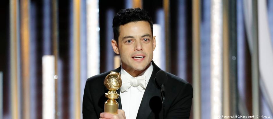 Rami Malek recebe a estatueta de melhor ator na premiação do Globo de Ouro