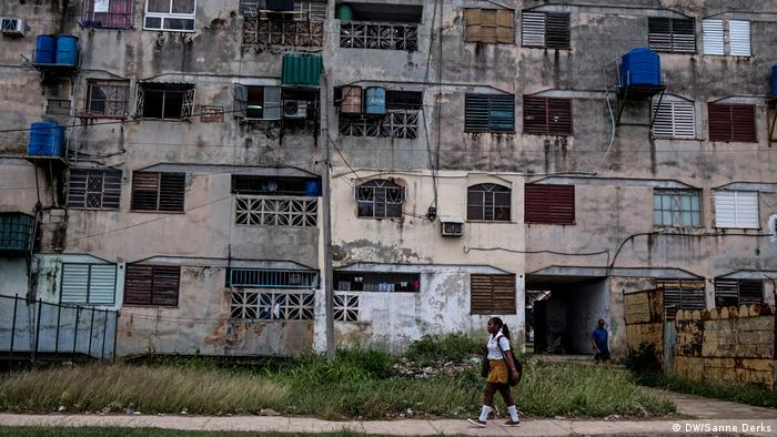 A block of flats on the outskirts of Havana (DW/Sanne Derks)