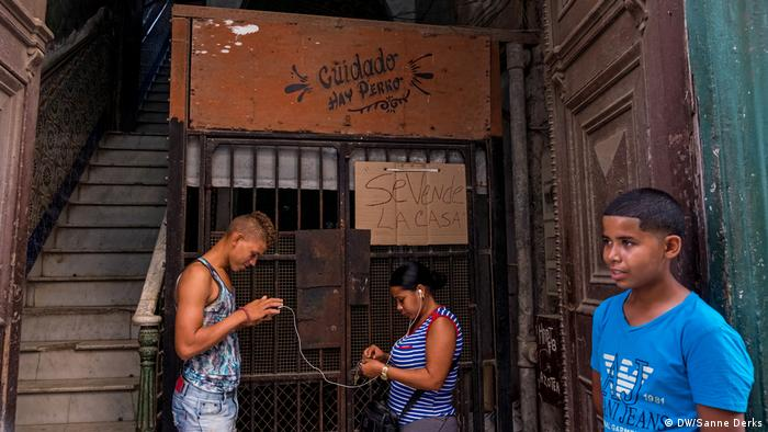 A mother with her two children outside her house in Havana (DW/Sanne Derks)