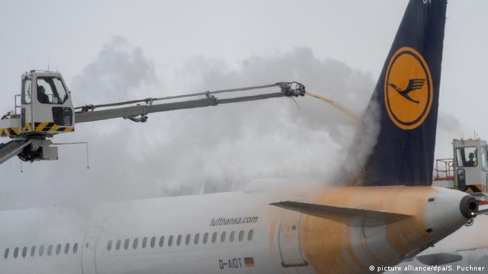 Deutschland Wintereinbruch in Bayern Flughafen München (picture alliance/dpa/S. Puchner)