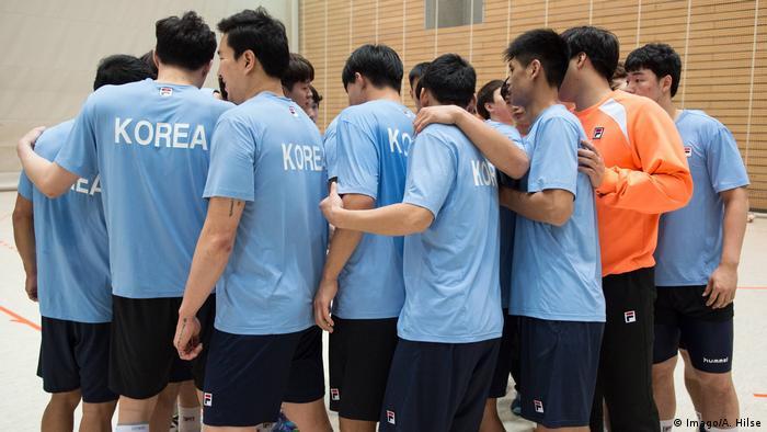 Deutschland Berlin Training Handball-Nationalmannschaft   Nord- und Südkorea gemeinsam