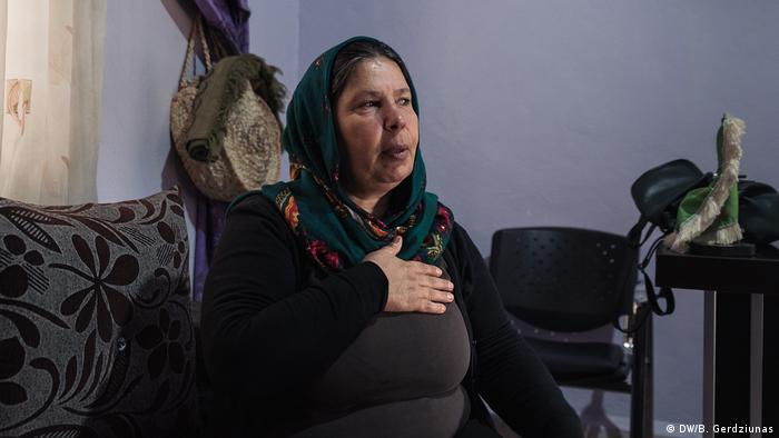 A woman sitting on a couch in her house (DW/B. Gerdziunas)
