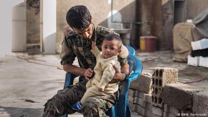 A soldier holding his son (DW/B. Gerdziunas)