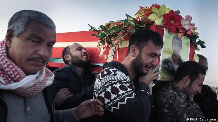 Men carrying a coffin (DW/B. Gerdziunas)