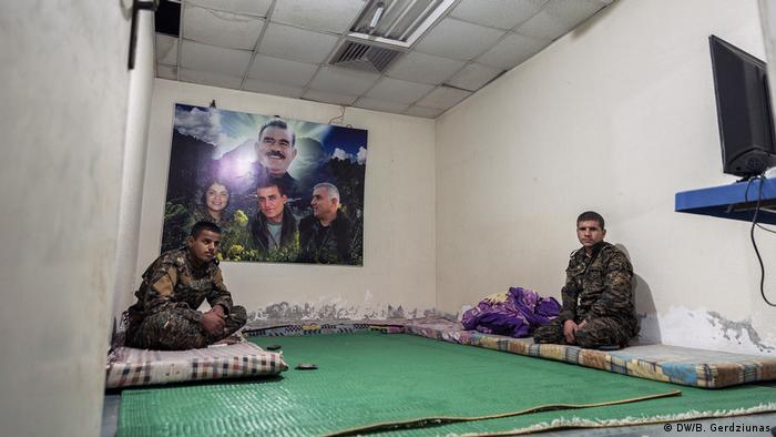 Two soldiers at their military base (DW/B. Gerdziunas)