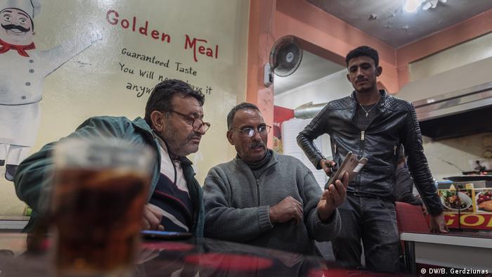 Three men at a Kebab shop (DW/B. Gerdziunas)
