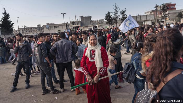 A group of protesters in Kobane (DW/B. Gerdziunas)