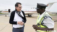 Bundesentwicklungsminister Gerd Müller CSU mit einem Herrn des Bodenpersolanls am Flughafen Kamuzu