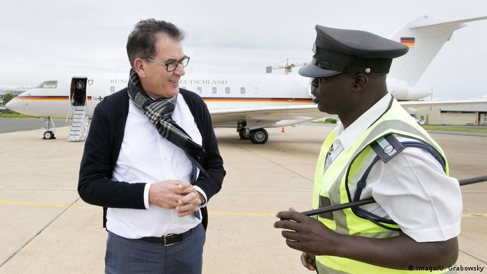 German Development Minister Gerd Mueller CSU with a gentleman of the ground personnel at Kamuzu International Airport (imago/U. Grabowsky)