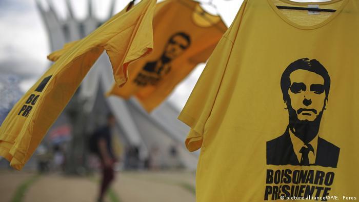 Camisas amarelas com o rosto do presidente Jair Bolsonaro penduradas em frente à Catedral de Brasília