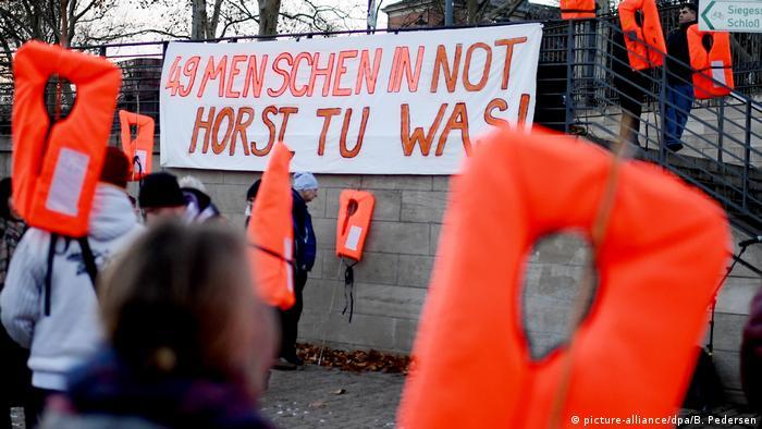 Berlin: Protestaktion - Seenotrettung statt Seehofer