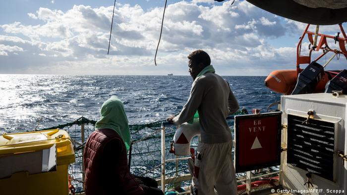Geflüchtete auf dem mit der niederländischen Flagge geführten Rettungsschiff Sea Watch 3 (Getty Images/AFP/F. Scoppa)