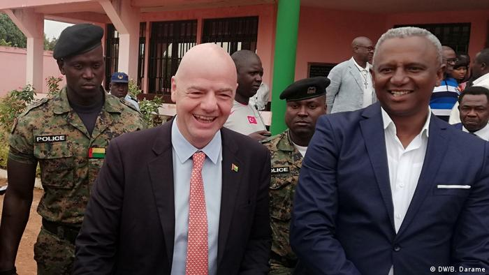 Presidente da FIFA, Gianni Infantino (esq.), de visita a Bissau