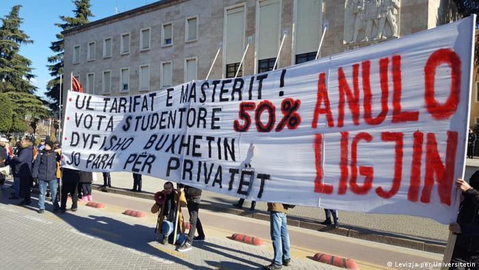 Qeveria Rama ndryshoi ministrat, por nuk ndryshoi politikat arsimore, thonë studentët, të cilët e vazhdojnë protestën e tyre në Tiranë edhe në vitin 2019. Në foto shihet një pankartë e organizatës Lëvizja për Universitetin para Kryeministrisë, të hënën, më 7.01.2018. Kërkesat e studentëve: Anulo ligjin, ul tarifat e masterit, vota studentore 50%, dyfisho buxhetin, jo para për privatët.