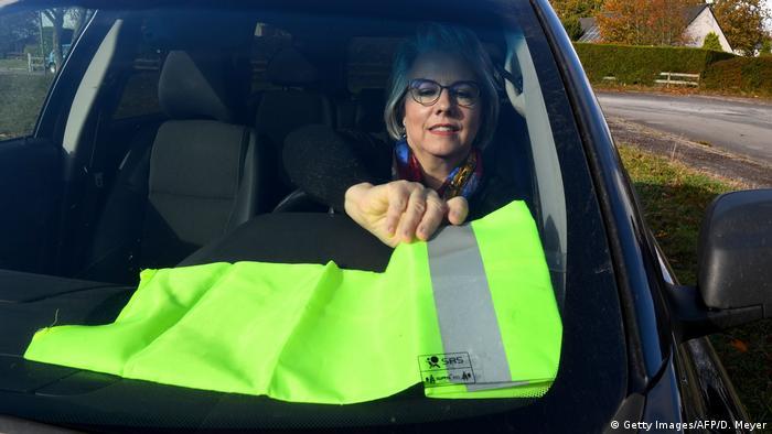 Žuti prsluk iza vjetrobrana kao znak prosvjeda protiv poskupljenja goriva