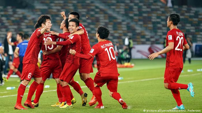 Vietnam celebrate taking the lead against Iraq in the Asian Cup. (picture-alliance/Newscom/U. Pedersen)