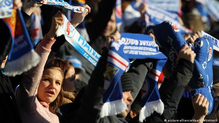 weibliche Fußballfans (picture-alliance/dpa/B. Wüstneck)