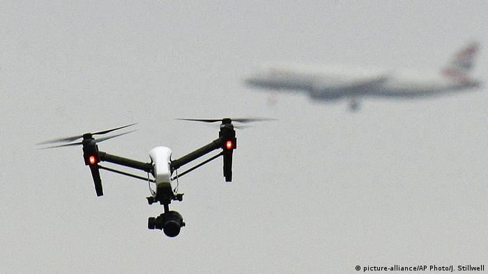 Drone in the sky (picture-alliance/AP Photo/J. Stillwell)