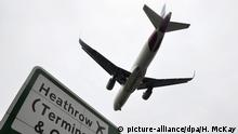 A plane flying into Heathrow (picture-alliance/dpa/H. McKay)