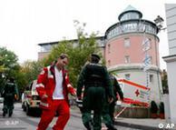 Policías y rescatistas corren en las cercanías del colegio Carolinum.