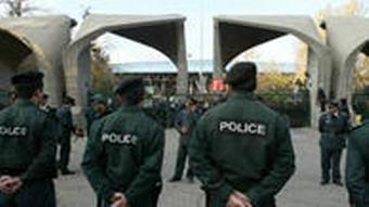 دانشجویان اغلب شاهد حضور نیروهای پلیس و امنیتی در صحن دانشگاه بودهاند؛ تصویری از حضور پلیس در دانشگاه تهران