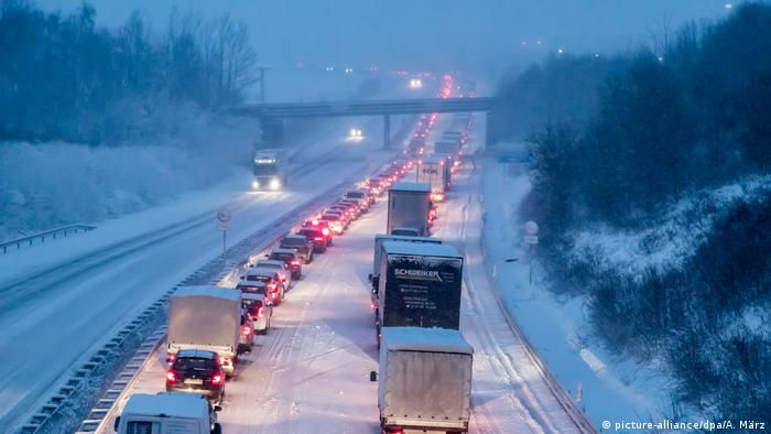 Cars and trucks in a traffic jam on a snowy highway in eastern Germany (picture-alliance/dpa/A. März)