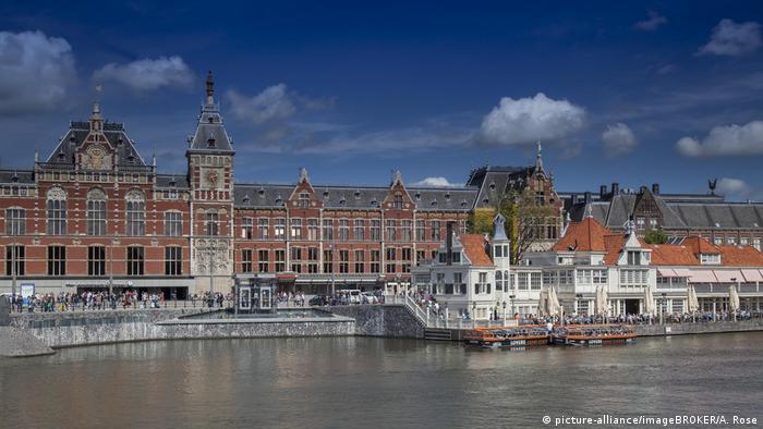 No solo la arquitectura de la estación de trenes de Ámsterdam impresiona. También lo hace el hecho de que está ubicada sobre tres islas artificiales que se sustentan sobre 8687 pilares de madera.